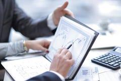 Sluit omhoog de collega's bespreken financieel programma in bureau Boekhouding royalty-vrije stock afbeeldingen