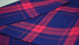 Sluit omhoog de donkerblauwe en rode stof van het scottpatroon van overhemd Royalty-vrije Stock Fotografie