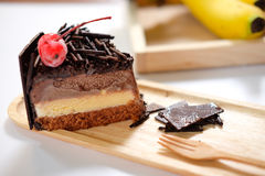 Sluit omhoog de donkere eigengemaakte plak van de chocoladecake Royalty-vrije Stock Afbeeldingen