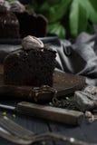 Sluit omhoog de donkere plak van de chocoladecake Stock Afbeelding