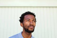 Sluit omhoog de ernstige Afrikaanse Amerikaanse mens in overpeinzing Royalty-vrije Stock Foto