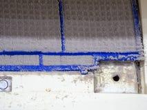 Sluit omhoog de filter van de vuilairconditioner Gevaar en de oorzaak van longontsteking en ademhalingsziekten binnenshuis of bur royalty-vrije stock fotografie
