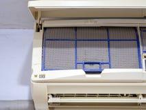Sluit omhoog de filter van de vuilairconditioner Gevaar en de oorzaak van longontsteking en ademhalingsziekten binnenshuis of bur royalty-vrije stock foto