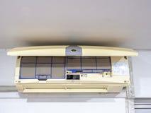 Sluit omhoog de filter van de vuilairconditioner Gevaar en de oorzaak van longontsteking en ademhalingsziekten binnenshuis of bur royalty-vrije stock afbeelding