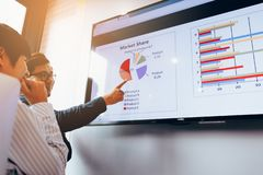 Sluit omhoog de grafiek die twee van de bedrijfsmensenanalyse samenwerken bij stock foto's