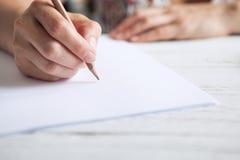 Sluit omhoog de hand van de beeldvrouw met potlood stock foto