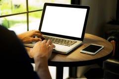 Sluit omhoog de handenmens gebruikend laptop royalty-vrije stock foto