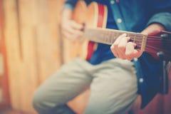 Sluit omhoog de handmens die akoestische gitaar spelen Stock Afbeeldingen