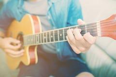 Sluit omhoog de handmens die akoestische gitaar spelen Stock Fotografie