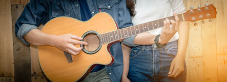 Sluit omhoog de handmens die akoestische gitaar spelen Stock Foto's