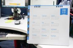 Sluit omhoog de kalender van 2017 op bureau Stock Afbeelding