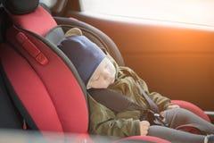 Sluit omhoog de Kaukasische leuke slaap van de babyjongen in moderne autozetel Kind reizende veiligheid op de weg Veilige manier  royalty-vrije stock fotografie