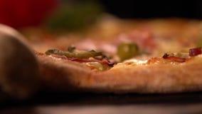 Sluit omhoog de knapperige gouden korst van een pizza stock videobeelden
