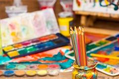 Sluit omhoog de leveringsverven van de potlodenkunst voor het schilderen en het trekken Royalty-vrije Stock Foto's
