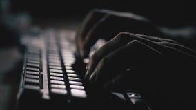 Sluit omhoog De mannelijke vingers werken aan het toetsenbord 4K langzame mo stock video
