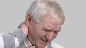 Sluit omhoog de mens die aan halspijn lijden stock videobeelden