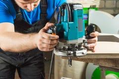 Sluit omhoog de Mens die houtbewerking in timmerwerk doen Royalty-vrije Stock Foto