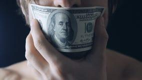 Sluit omhoog de mond van het mensensluiten met het honderd-dollar bankbiljet stock footage