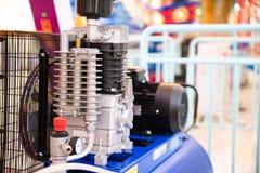 Sluit omhoog de motormachine van de luchtcompressor stock afbeeldingen