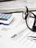 Sluit omhoog de muntachtergrond van de V S Individuele belastingsvorm 1040 Stock Afbeeldingen