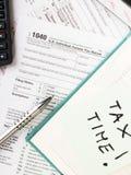 Sluit omhoog de muntachtergrond van de V S Individuele belastingsvorm 1040 Stock Fotografie