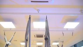 Sluit omhoog, de overgang van het plafond op een meisje die in de hangmat drijven stock footage