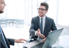 Sluit omhoog de partners bespreken informatiezitting bij de bureaulijst royalty-vrije stock foto