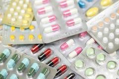Sluit omhoog de pillengeneeskunde van geneesmiddelenantibiotica in blaarpakken stock fotografie
