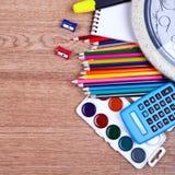 Sluit omhoog de potloden van de stapelkleur op houten achtergrond Stock Foto's