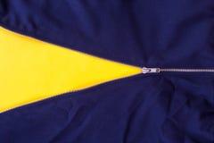 Sluit omhoog de ritssluiting van Jean op gele achtergrond wordt geïsoleerd die Stock Afbeeldingen