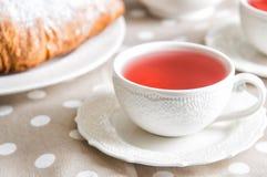 Sluit omhoog De stijl van de ontbijtprovence Uitstekende porseleinkop met bessen rode thee royalty-vrije stock foto's