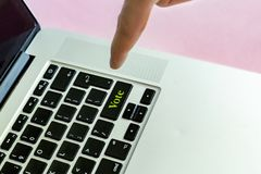Sluit omhoog de vinger die van de persoons` s hand de `-stem` tekst op een knoop van laptop toetsenbord geïsoleerd concept v duwe stock afbeeldingen