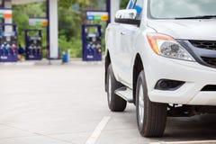 Sluit omhoog de vrachtwagenauto van het brandstofvoertuig in de post van de gasbrandstof stock afbeelding