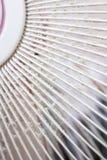 Sluit omhoog de Vuile dekking van het ventilatorhuishouden met wit en grijs stof Royalty-vrije Stock Afbeeldingen