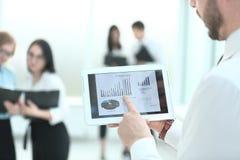 Sluit omhoog de zakenman met digitale tablet, analyseert met financiële grafieken stock afbeelding