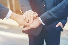 Sluit omhoog de zakenman van het handengroepswerk en de partner sluit aan zich samen bij handen en start het werk op stock afbeelding