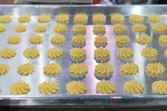 Sluit omhoog deeg of room op dienblad van automatische koekje of snoepjes makend machine in productielijn voor geavanceerd techni stock foto