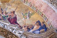 Sluit omhoog detail van buitenmozaïek op St Teken` s Basiliek in Venetië Stock Foto's
