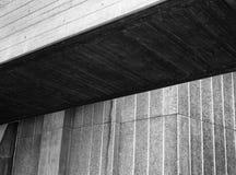 Sluit omhoog detail van een modern hoekig geweven grijs concreet gebouw met schaduw royalty-vrije stock afbeeldingen