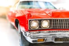 Sluit omhoog Detail van Glanzende Rode Klassieke Auto Stock Afbeelding