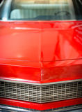 Sluit omhoog Detail van Glanzende Rode Klassieke Auto Stock Foto's