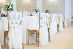 Sluit omhoog detail van het huwelijkstrefpunt van stoelendecoratie stock fotografie