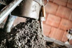 Sluit omhoog details van het concrete pompen, screed vloerverwarming stock afbeelding