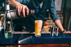 Sluit omhoog details van professionele barman die de cocktail met syroup sluiten De alcoholische dranken sluiten omhoog Stock Fotografie