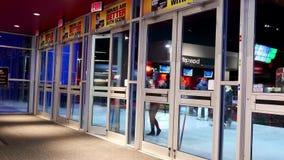 Sluit omhoog deur van en mensen die de bioscoop weggaan komen stock videobeelden