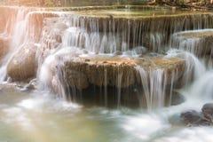 Sluit omhoog diepe boswaterval in tropische wildernis Stock Afbeelding
