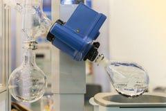 Sluit omhoog distillatiefles van geavanceerd technische roterende vacuümevaporator in chemisch laboratorium voor wetenschappelijk stock foto
