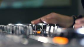 Sluit omhoog DJ die in Nachtclub Sporen mengen bij een discopartij stock video