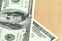 Sluit omhoog 100 dollarsbankbiljetten op houten achtergrond Royalty-vrije Stock Fotografie