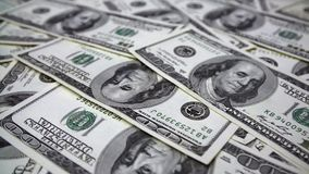 Sluit omhoog Dolly Shot van Verspreide Dollar 100 stock videobeelden
